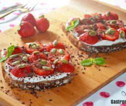 Tostada con yogur y fresas