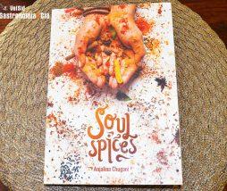 Libro de cocina con especias