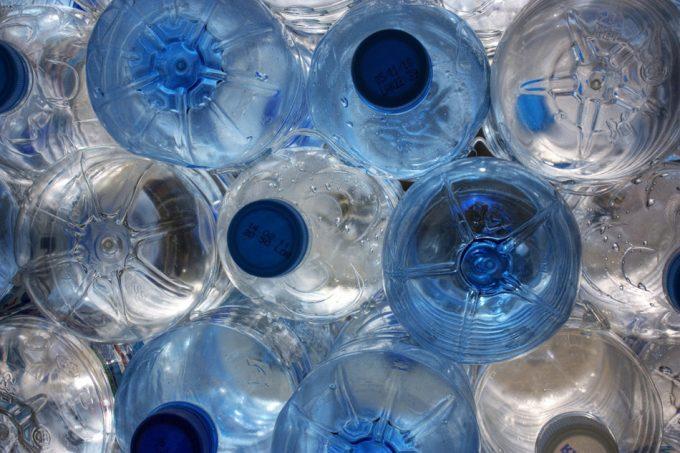 Microplásticos en el agua embotellada