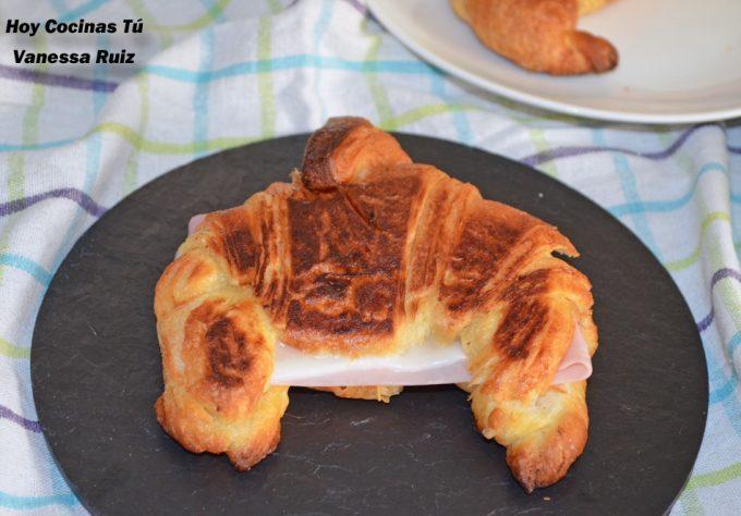 Croissant a la plancha con jamón y queso