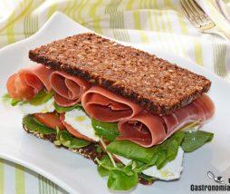 Sandwich de jamón, requeson y berros
