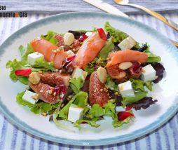 Receta de ensalada de verano con brevas, queso y salmón