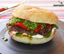 Hamburguesa de ternera con queso de cabra, pimientos y pesto de espinacas