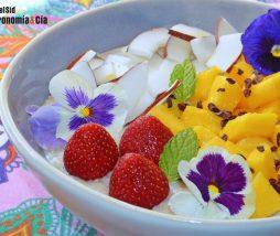 Gachas de avena con mango y coco fresco