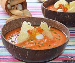 Gazpacho de papaya con crujiente de queso y mozzarella fresca