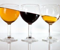Un vaso de vino en cocina