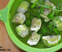 Perejil en agua para alcachofas