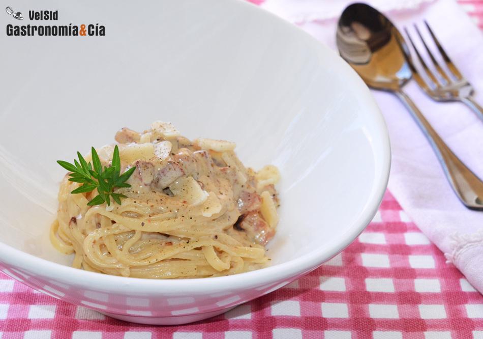 Espaguetis Con Nata Y Bacon Ahumado Una Receta Básica Para Empezar A Cocinar Pasta