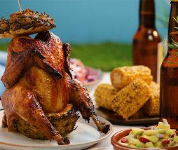 Pollo asado sentado en piña