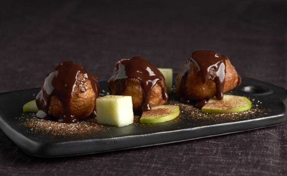 Buñuelos de viento rellenos de mascarpone con chocolate caliente de María José Meda