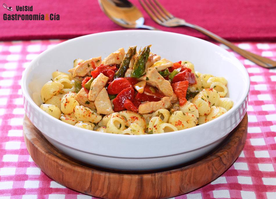 Galets con pollo marinado, espárragos y pimientos del piquillo, una receta de pasta fácil y rica