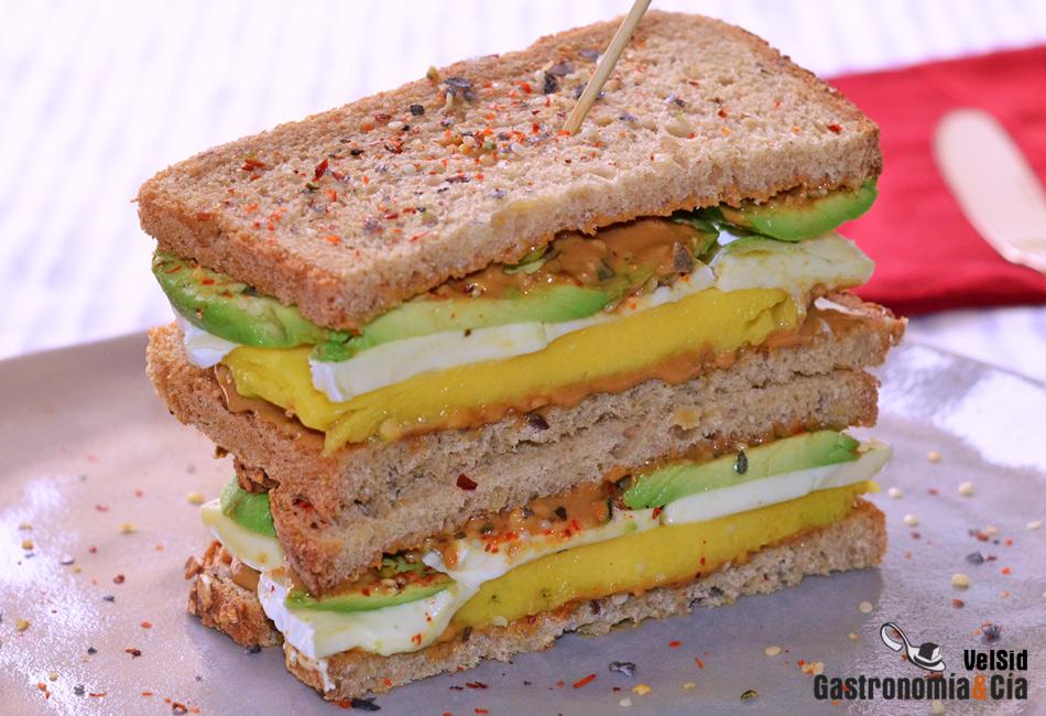 Sándwich de queso Camembert, mango, aguacate y cacahuete crujiente