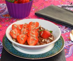 Porridge algarroba, fresas y dátiles
