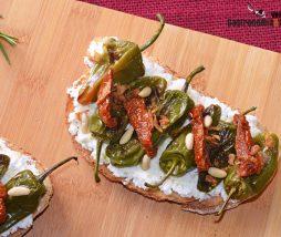 Receta de tostada con requesón , pimientos y tomate