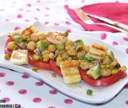 Receta de garbanzos, tomate y aguacate con queso a la parrilla