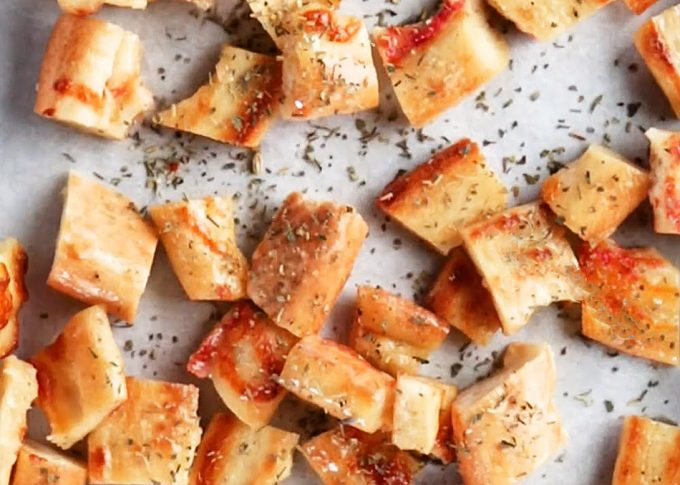 Convertir el borde de la pizza en croutons