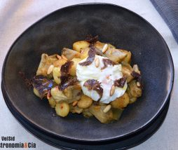 Alcachofas, patatas, huevo y trufa