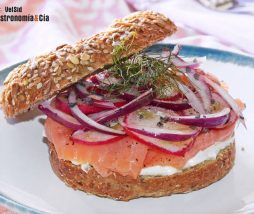 Receta de bagel con salmón y queso
