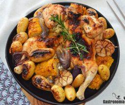 Pollo al horno con maíz y patatas
