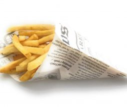 Periódico para servir patatas fritas y otras comidas informales