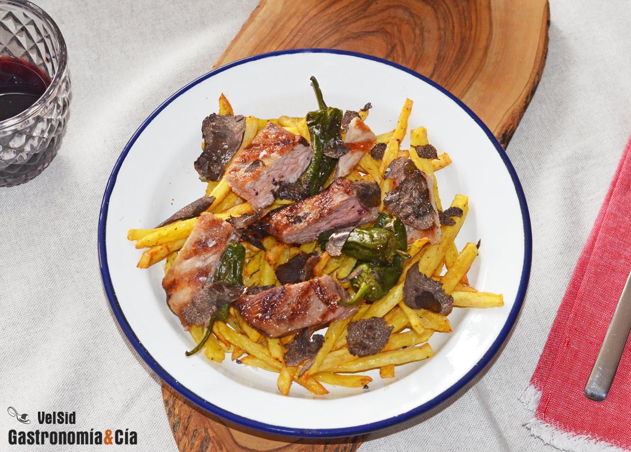 Secreto de cerdo con patatas, pimientos y trufa negra, una receta fácil, exquisita y saludable