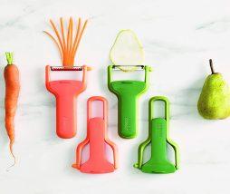 Pelador de vegetales con protector para las manos