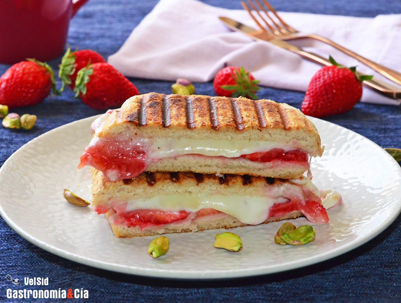Sándwich de fresas con queso a la parrilla, la receta de tu nuevo snack favorito