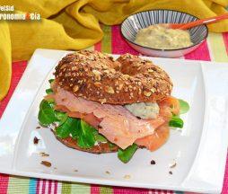 Bagel con salmón soasado
